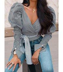 blusa con mangas abullonadas y cuello en v profundo a rayas con diseño de cinturón negro