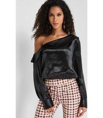 blusa con hombros descubiertos negra diseño one