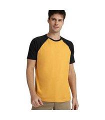 camiseta masculina raglan amarelo mostarda e preto
