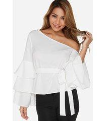 blusa blanca con mangas acampanadas y volante de un hombro con cinturón