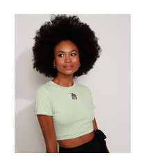 camiseta feminina cropped canelada tom e jerry com bordado manga curta decote redondo verde claro