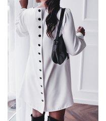 vestido con cuello redondo y hebilla metálica con diseño de botones