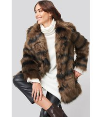hannalicious x na-kd cropped sleeve faux fur jacket - brown