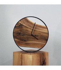 zegar z drewna orzecha w metalowej ramie