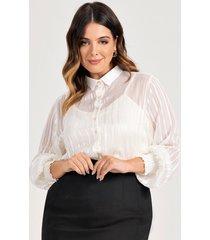 camisa feminina plus size off white com padronagem listrada juliana