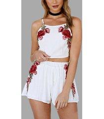 conjunto de camisola y pantalones cortos con bordado de rosas en blanco