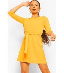 loshangende jurk met driekwarts mouwen en ceintuur, mustard