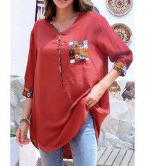 camicetta ampia con maniche a 3/4 con scollo a v e tasca con stampa tribale