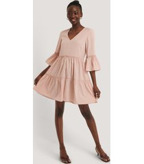 na-kd boho v-neck ruffle dress - pink