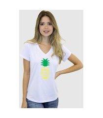 camiseta suffix branca gola v estampa seja um abacaxi amarelo e verde gola v