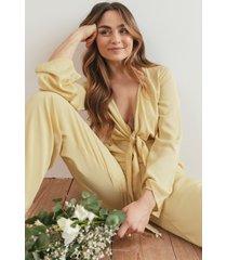 matiamu by sofia x na-kd jumpsuit med knyt fram - yellow