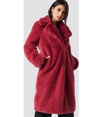 dilara x na-kd faux fur maxi coat - red