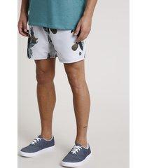 short masculino estampado de tucanos com bolsos cinza claro