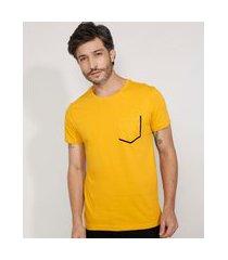 camiseta masculina slim manga curta com bolso flocado gola careca amarela