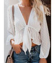 blusa de cuello en v anudada con lunares blancos