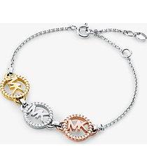 mk braccialetto con cursore in argento sterling con placcatura in metallo prezioso e ciondolo a forma di logo - tricolore (argento) - michael kors