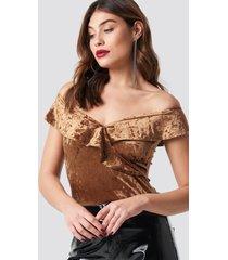 na-kd party flounce off shoulder velvet top - brown