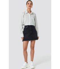 na-kd high waist raw hem denim skirt - black