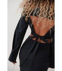 angelica blick x na-kd skjorta med öppen rygg - black