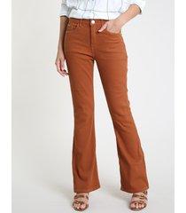 calça de sarja feminina flare canelada caramelo