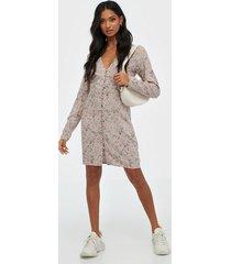 nly trend bloom dress långärmade klänningar