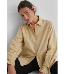andrea badendyck x na-kd ekologisk klassisk t-shirt i bomull - beige