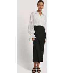 na-kd classic satin wrinkle skirt - black