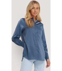 na-kd classic satin pocket blouse - blue