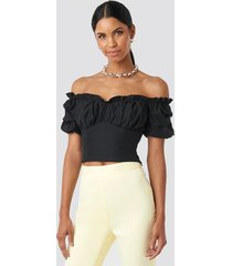 anna nooshin x na-kd off shoulder ruffle cup cropped blouse - black