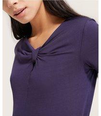 camiseta con entorchado en escote