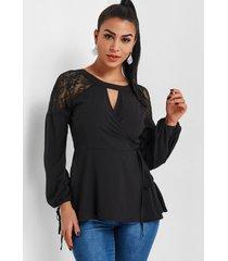 blusa negra con encaje cruzado y abertura en forma de cerradura