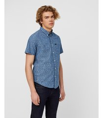 shirt with short sleeves. button