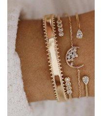pulsera de aro con cuatro piezas con detalle de diamantes dorados