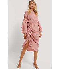 na-kd trend draperad midiklänning i ballongmodell - pink