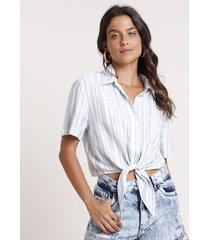 camisa feminina cropped listrada com nó e bolso manga curta azul claro