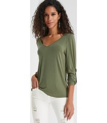 camiseta acogedora con cuello de pico verde oliva