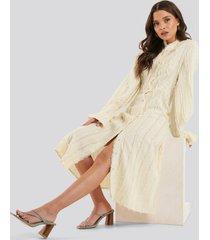 na-kd trend klänning med råa kanter - nude