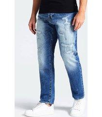 denimowe jeansy z przetarciami i efektem znoszenia