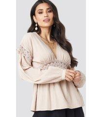 luisa lion x na-kd puff sleeve blouse - beige