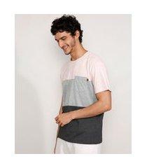 camiseta masculina manga curta gola careca com recortes e bolso rosa claro