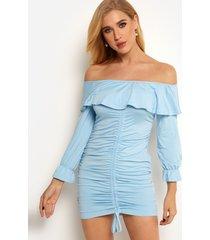 diseño sin espalda azul con hombros descubiertos y detalles recortados plisados vestido de manga larga