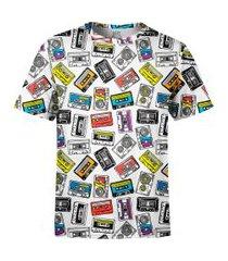 /camiseta estampada over fame fita cassete branca