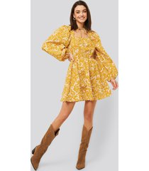 na-kd boho scalloped neckline mini dress - multicolor