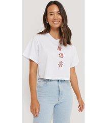 na-kd reborn ekologisk croppad t-shirt med tryck - white