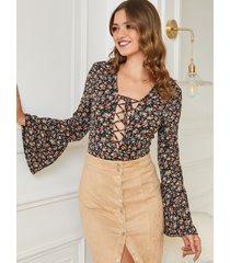 blusa con mangas negras diseño floral deep v cuello bell sleeves
