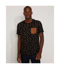 camiseta masculina estampada floral com bolso em suede manga curta gola careca preta