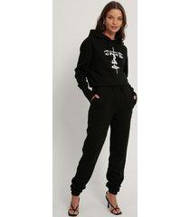 lisa-marie schiffner x na-kd ekologiska sweatpants med dragsko - black