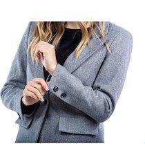 abrigo gris bolsillos laterales, solapa y botón frontal