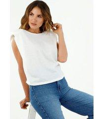 camiseta de mujer, silueta amplia, cuello redondo, manga sisa, con hombreras, color crudo
