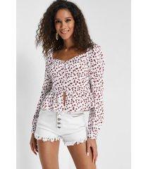 blusa blanca con estampado floral cereza con ribete de volante